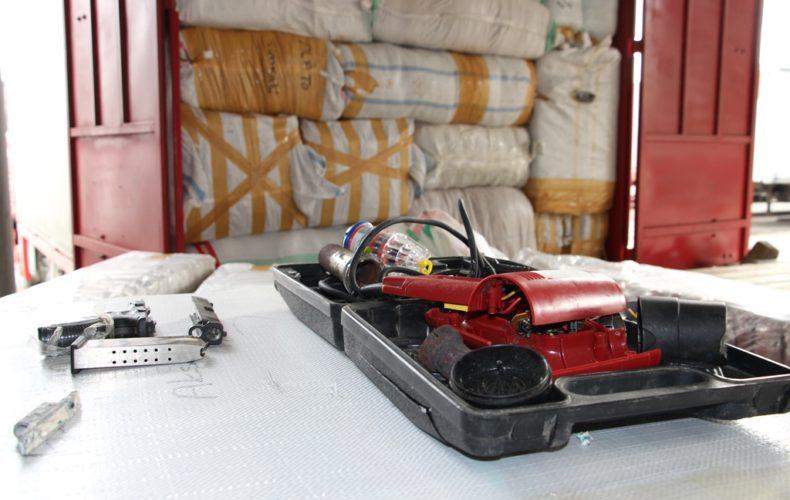 Дагестанские таможенники обнаружили пистолет в грузовом автомобиле, следовавшем из Турции в Киргизию