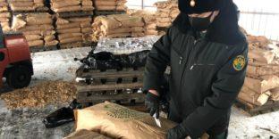 Балтийские таможенники обнаружили более 20 тыс. пачек белорусских сигарет в мешках с декоративной щепой