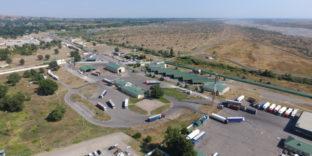 Более чем в два раза превышена пропускная способность грузовых автомобилей на границе между Россией и Азербайджаном