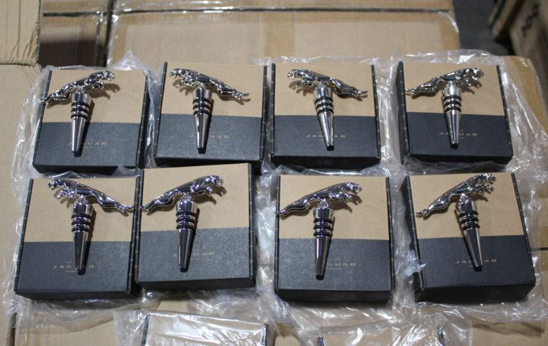 Таможенники задержали тысячу металлических ягуаров