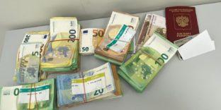 Сотрудники Шереметьевской таможни пресекли незаконный ввоз наличных денежных средств в особо крупном размере
